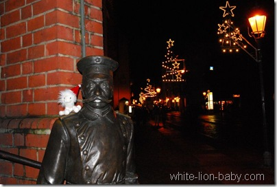 Der Hauptmann von Köpenick mit Weihnachtsbeleuchtung im Hintergrund