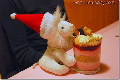 Löwenbaby mit Dessertglas