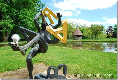 Skulptur im Wassergarten