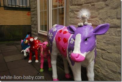 Lila Kuh und bunte Kälbchen