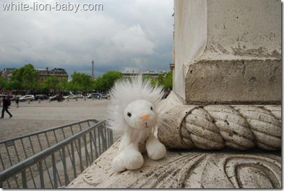 Am Fuß des Arc de Triomphe